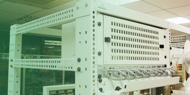 19″ komutacinė įranga ir optinių kabelių tvarkymo elementai